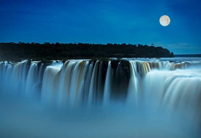 Cataratas con luna llena